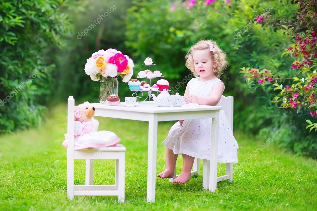 mädchen spielen teeparty mit einer puppe ? stockfoto #48042269 - Kleinkind Küche