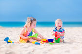 Fotografie kinder spielen am strand