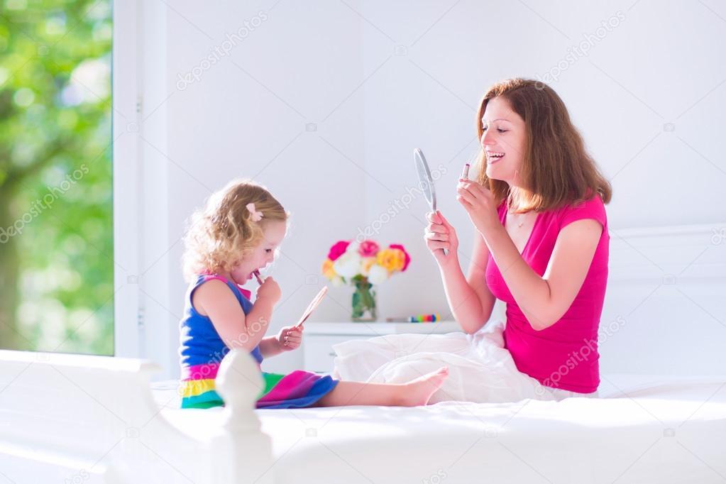 Madre e hija aplicando conforman — Foto de Stock #51344171