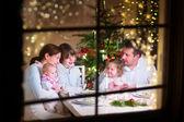 Familie am Weihnachtsessen