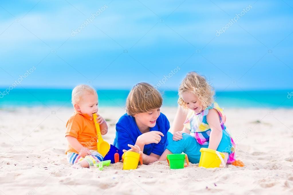 Tres Ni 241 Os Jugando En La Playa Foto De Stock
