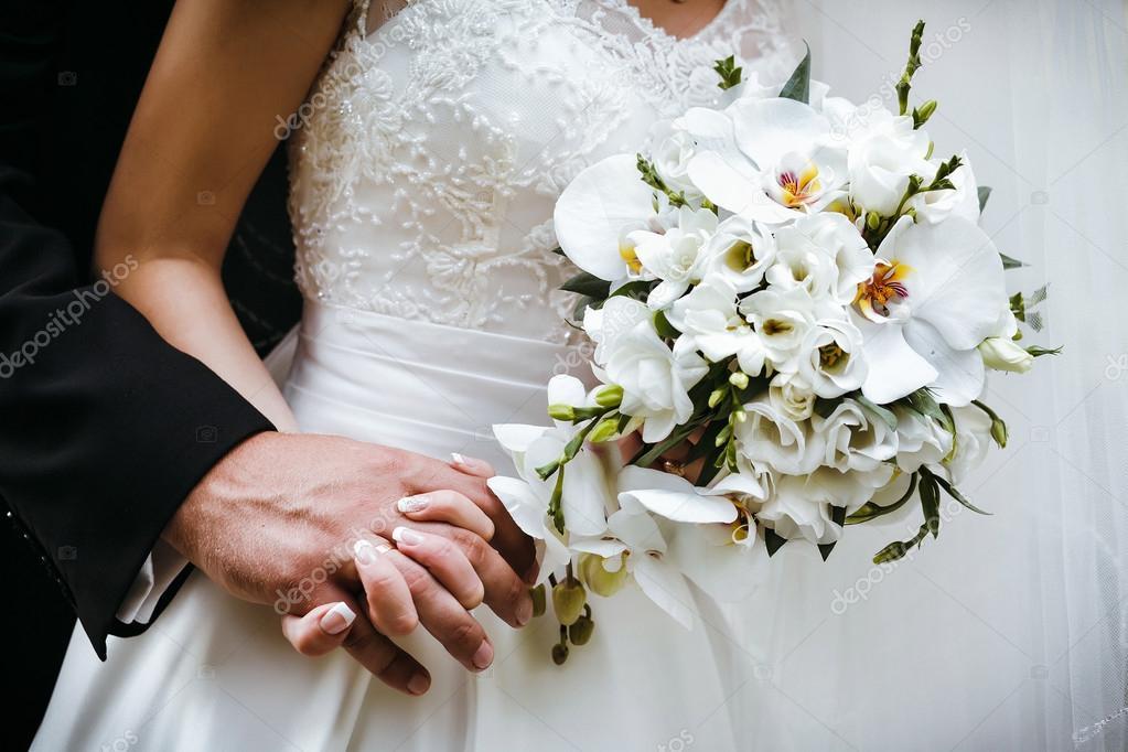 Braut Mit Brautstrauss Weisse Orchideen Und Brautigam Holding Ea