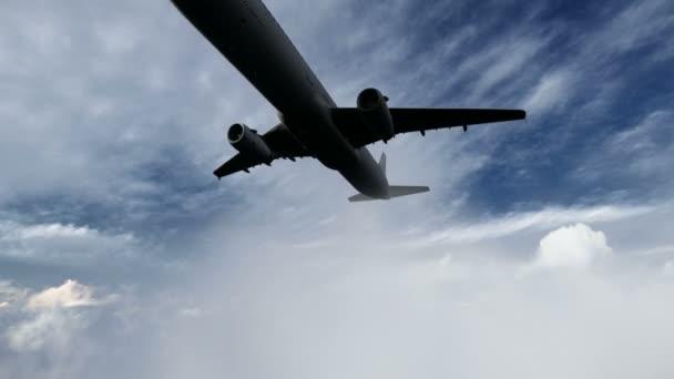 repülőgép repülő a felhők felett