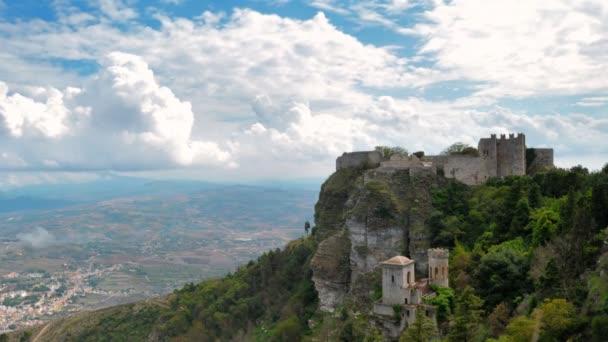 vecchio castello sulla collina