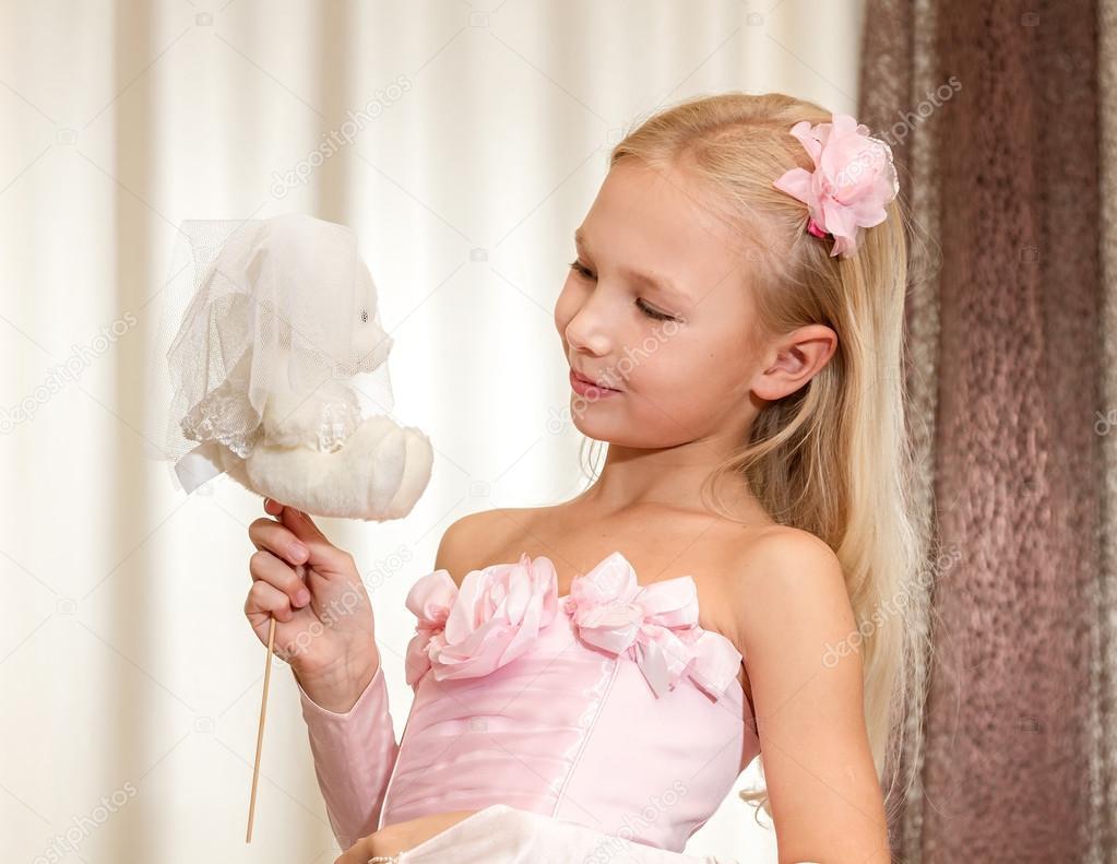 kleines Mädchen spielt mit Hochzeit Teddy-Bär — Stockfoto ...