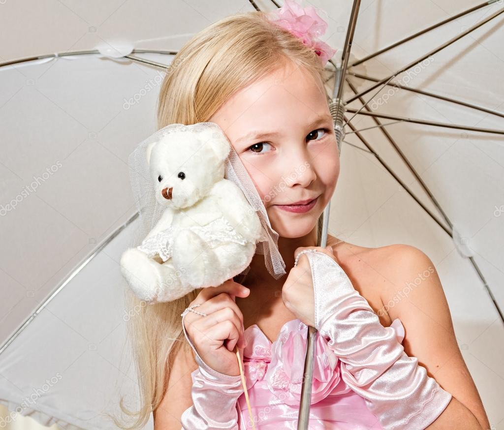 kleines Mädchen hält Regenschirm und Hochzeit Teddy-Bär — Stockfoto ...