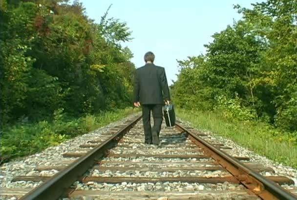 obchodní muž na železniční trati