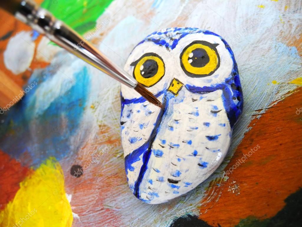 Bemalte Steine Eule Auf Einer Palette Stockfoto C Oliay 48678185