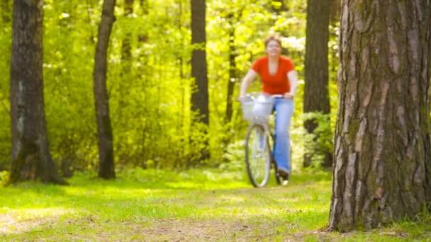 Mutter und Junge auf dem Fahrrad