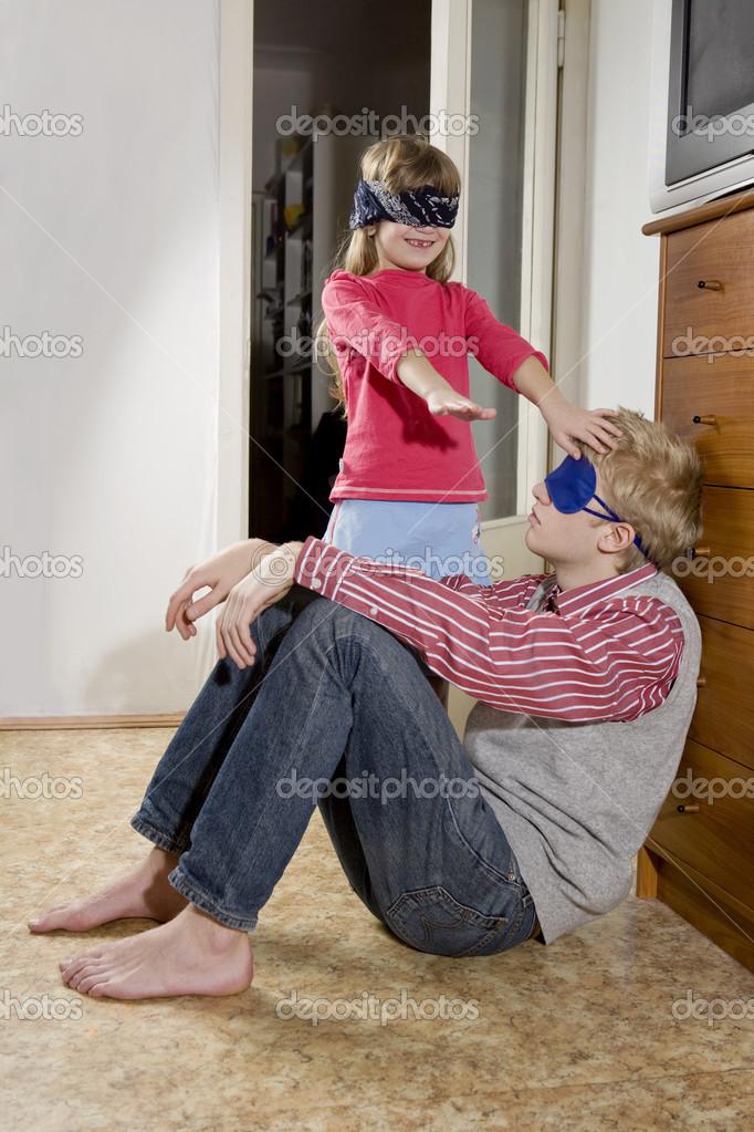 Мамы под сосет сестра смотреть фильм взглядом брату