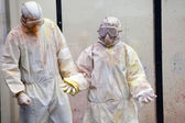 Männer in chemischen Anzug mit Maske