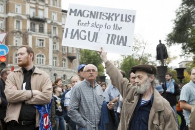 Man holding a poster about Magnitsky