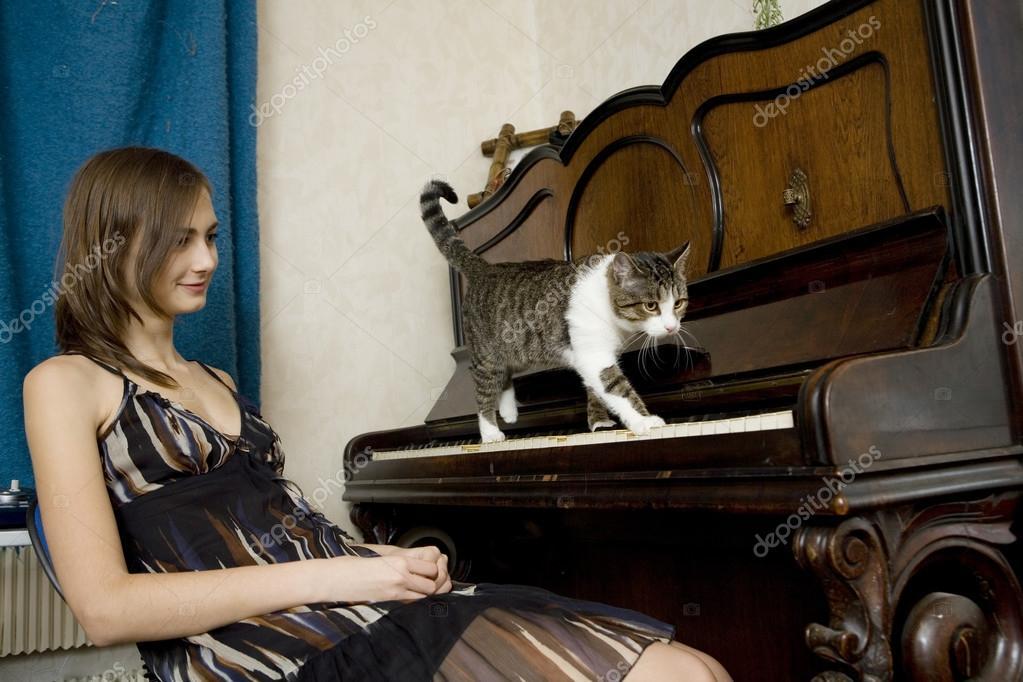 foto-soblaznil-krasotku-zabavoy-na-pianino