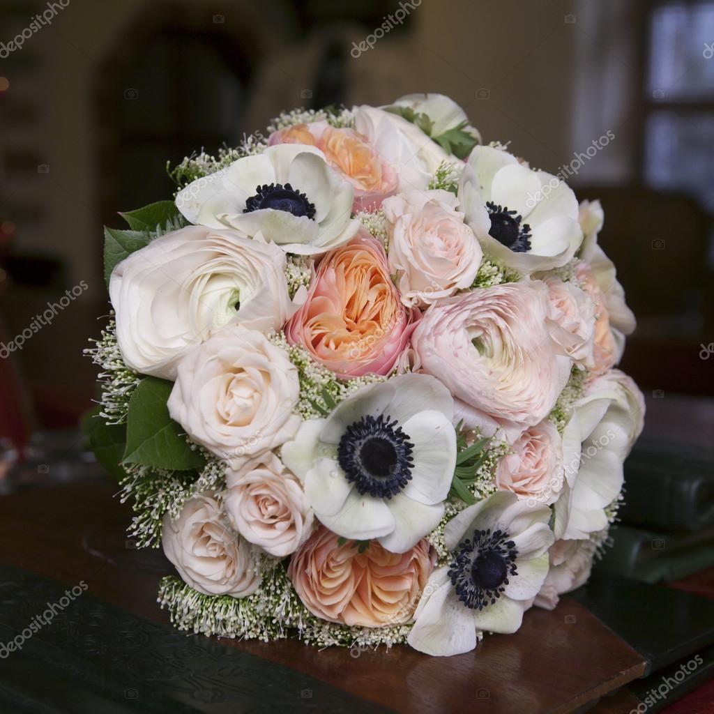 Bouquet de mariée de roses roses et blanche anémone — Photographie ...