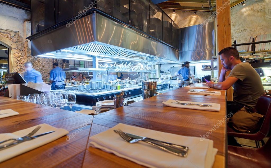 offene Küche restaurant — Foto editorial de stock © dnaveh #51466321