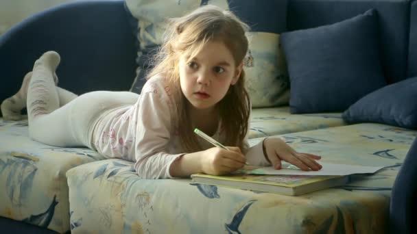 holčička maluje a čumí na televizi