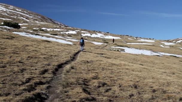 žena na horské stezce