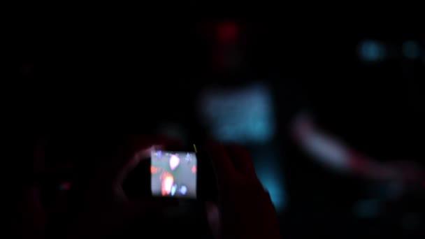 valaki lövés élő koncert-val kicsi fényképezőgép