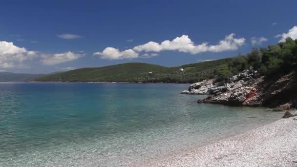 malé a opuštěné pláže s kameny