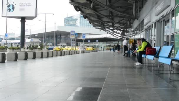 Letiště Praha, s.p. - lidí čeká na letišti