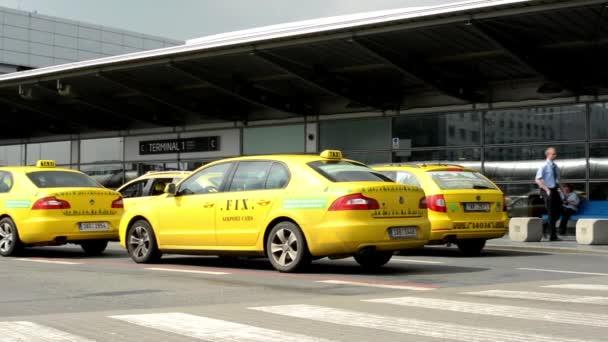 Letiště Praha, s.p. - taxi auta zaparkovaná před