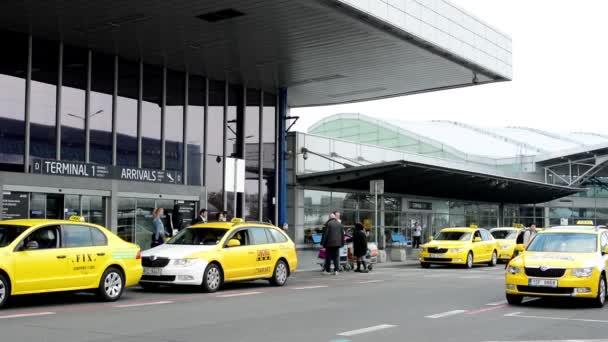 Letiště Praha, s.p. - lidé nechává zaparkovány vozy taxi na letiště
