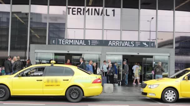 Letiště Praha, s.p. - lidé mimo letiště (stavební) s vozy taxi