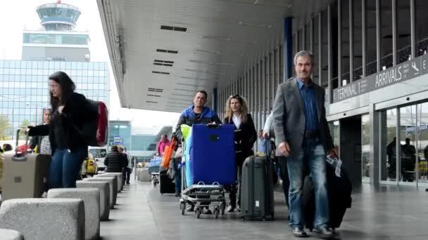 Letiště Praha, s.p. - lidé mimo letiště s vozy taxi zaparkovány