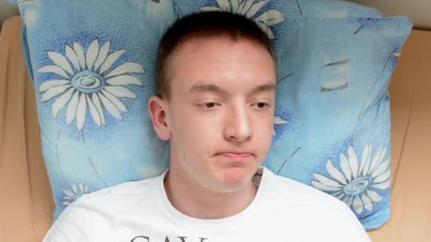 muž ležel v posteli a nemůže spát
