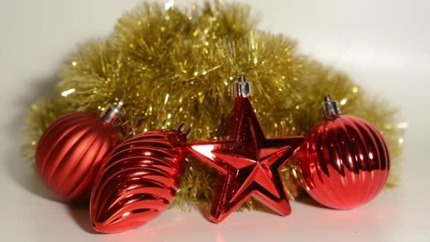 Vánoční dekorace - červená ornamenty s pozadím zlatý řetěz - bílý
