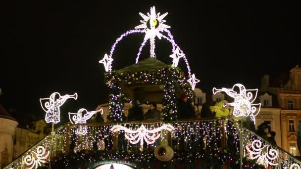 Vánoční svítící most s lidmi - v pozadí budova - Staroměstské náměstí