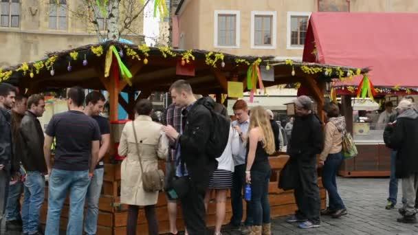 Velikonoční trhy - výstava zvířat s lidmi a kostel Panny Marie před Týn v pozadí. Velikonoční zdobené strom. Staroměstské náměstí v Praze