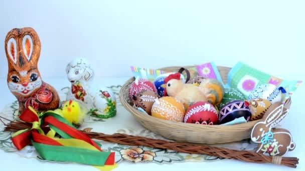 húsvéti dekoráció - kosár festett tojások ram enni és egyéb dekorációk