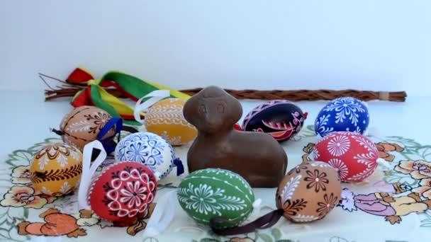 Osterdekoration - Schokowidder mit bemalten Eiern und anderen Dekorationen