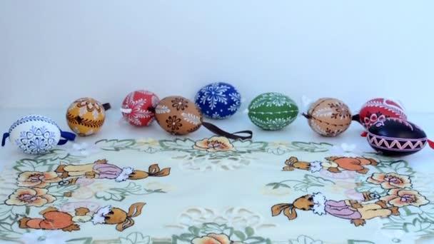 Velikonoční dekorace - malované vejce na ubrus