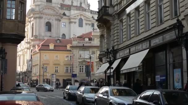 Kostel svatého Mikuláše (malá strana) s ostatními budovami s ulici