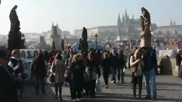 timelapse Karlova mostu s lidmi a Pražský hrad