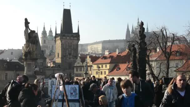 Karlův most s lidmi. v pozadí Pražský hrad a další budovy