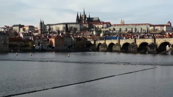 Pražský hrad a Karlův most s řeky Vltavy (hradcany)