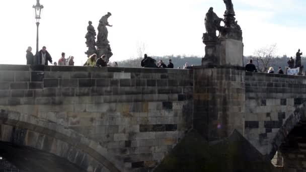 Karlův most s lidmi a nábřeží