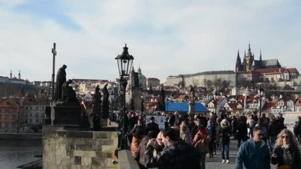 Karlův most s lidmi a vltava river, Hradčany v pozadí.