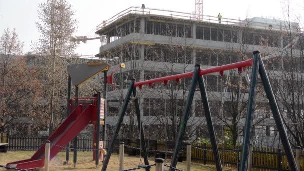 dětské hřiště a pozemní stavitelství na pozadí