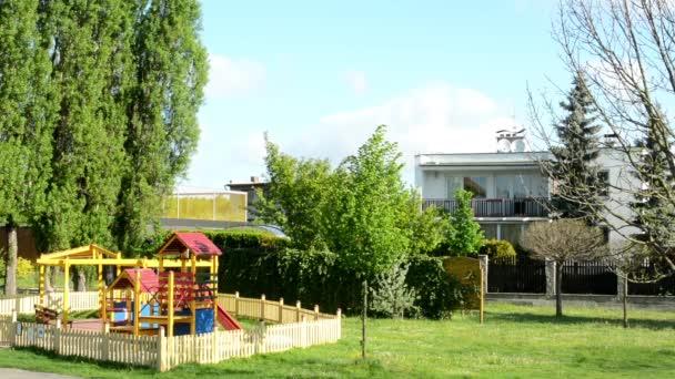 Parco giochi con la natura e la casa