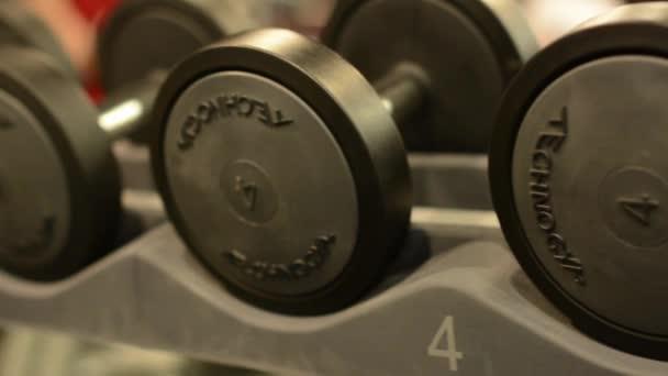 muž přebírá činka fitness tělocvična