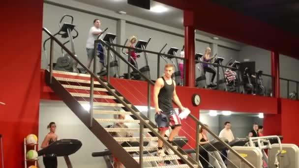 lidi cvičit ve fitness, posilovnu. cvičení