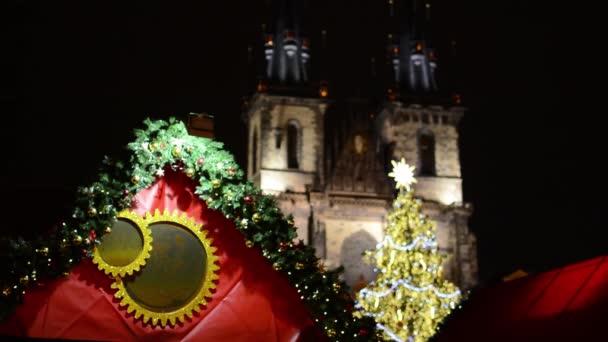 Praha, Česká republika - prosinec 2013: vánoční obchod větev a svítící vánoční stromek - Staroměstské náměstí. v historické budově pozadí - v noci