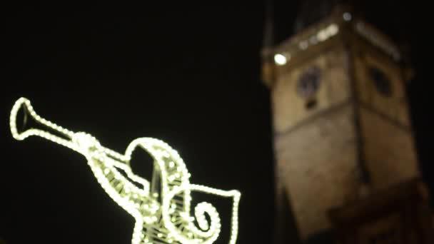 Praha, Česká republika - prosinec 2013: zářící Anděl (vánoční ozdoby) s staré radnice na pozadí - v noci