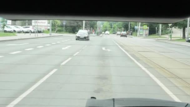 řízení auta - střílel ze zadního okna. po sedmi staletích
