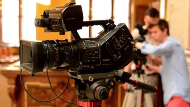 televizní kamery - kameraman nastavit fotoaparát (studio) - historický interiér v pozadí