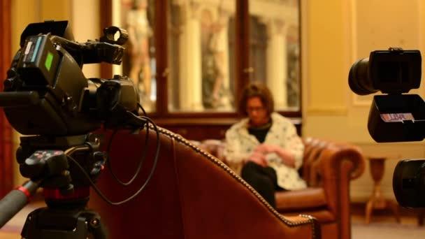 Interview mit Frau - Fernsehkameras (Studio) - historische Interieur ...